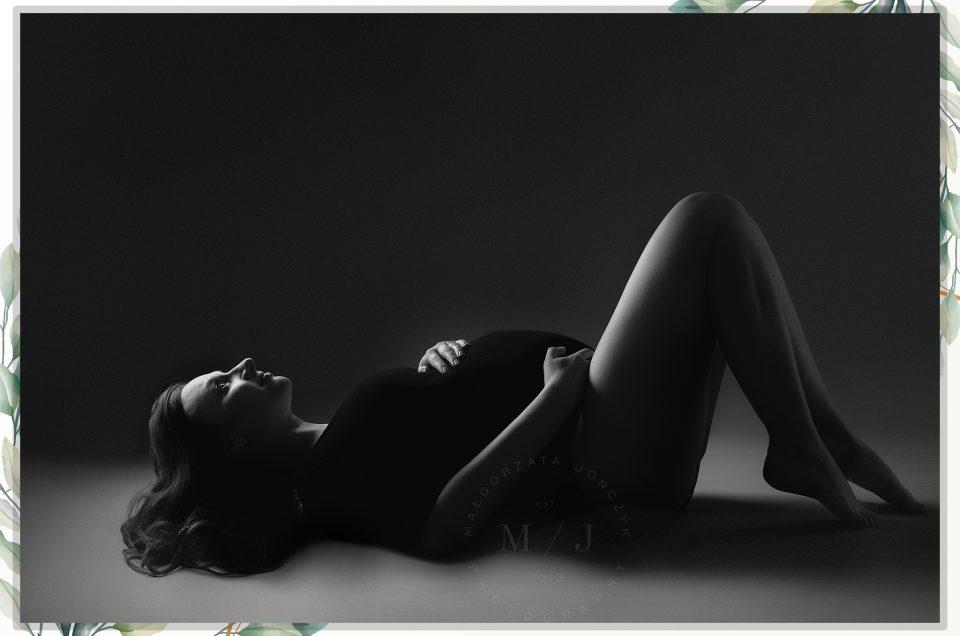 Klasyczne sesje ciążowe w czerni i bieli w studio 1